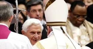 Concistoro: abbraccio di papa Francesco a Benedetto XVI