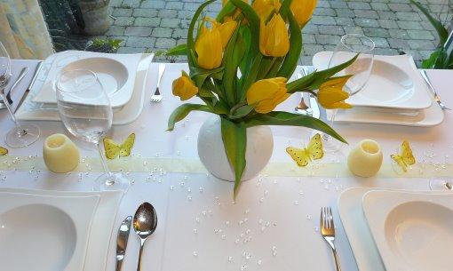 Hochzeit Mustertisch in Gelb Tischkarten Gastgeschenke