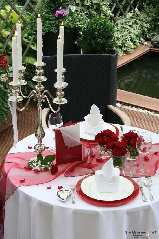 Tischdekoration zum Candlelight Dinner oder Heiratsantrag im Ganzen
