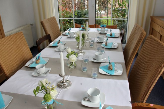 festliche Tischdeko zur Kommunion, Taufe oder Konfirmation in blau tuerkis
