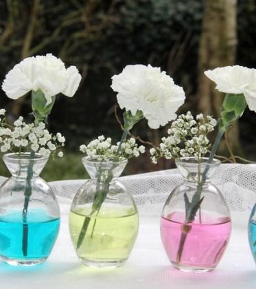 Blumendeko-mit-gefaerbten-Wasser