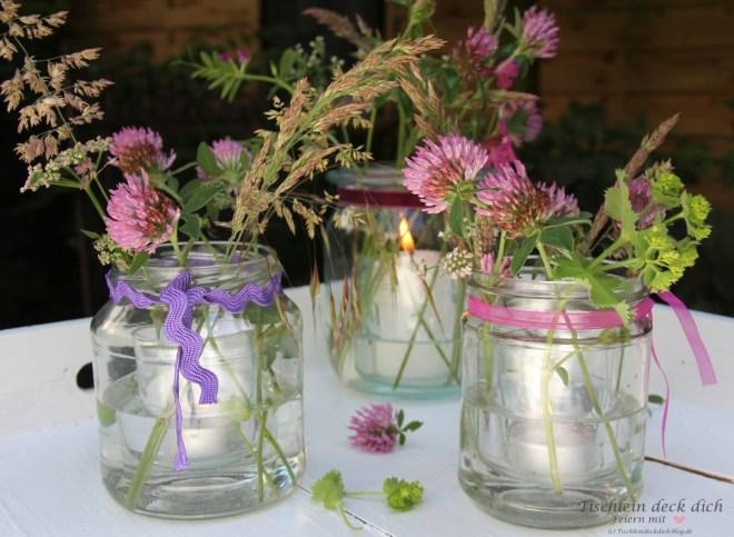 Windlichter mit Wiesenblumen für laue Sommerabende