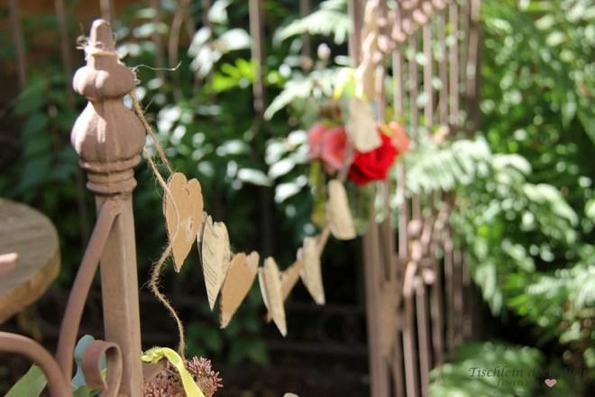 Herzgirlande im Garten