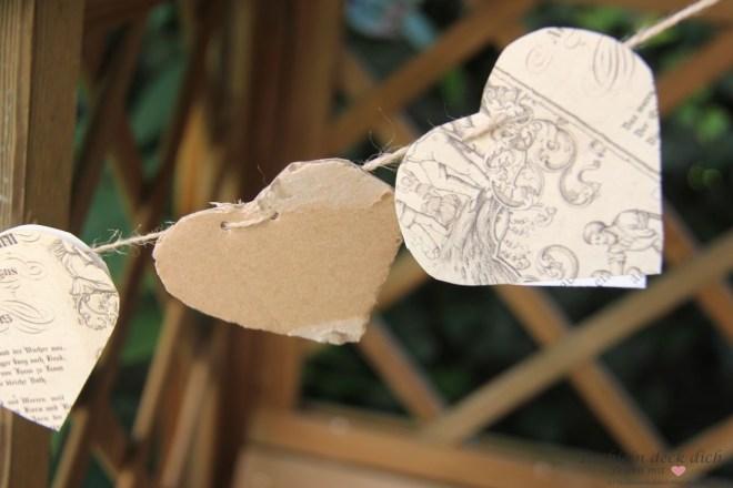 Herz Girlande basteln aus alten Buchseiten und Pappkarton