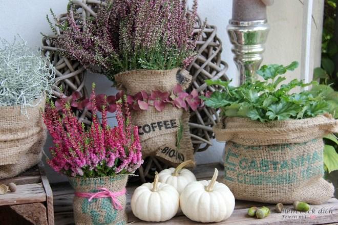 Herbstliche Balkondekoration mit alten Weinkisten und Kaffeesäcken