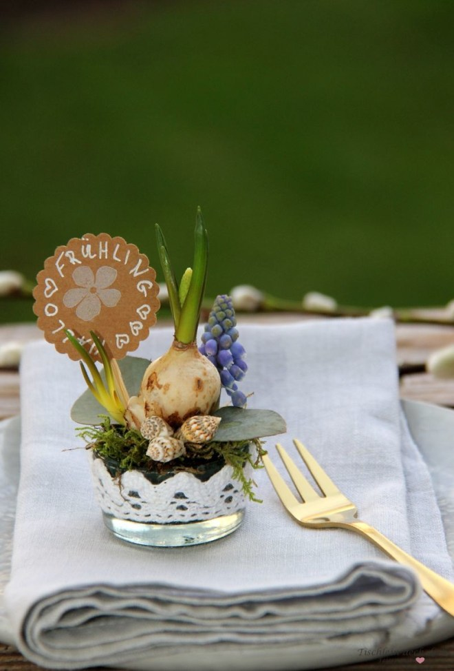 frühlingshafte Mini-Gestecke als Gastgeschenk