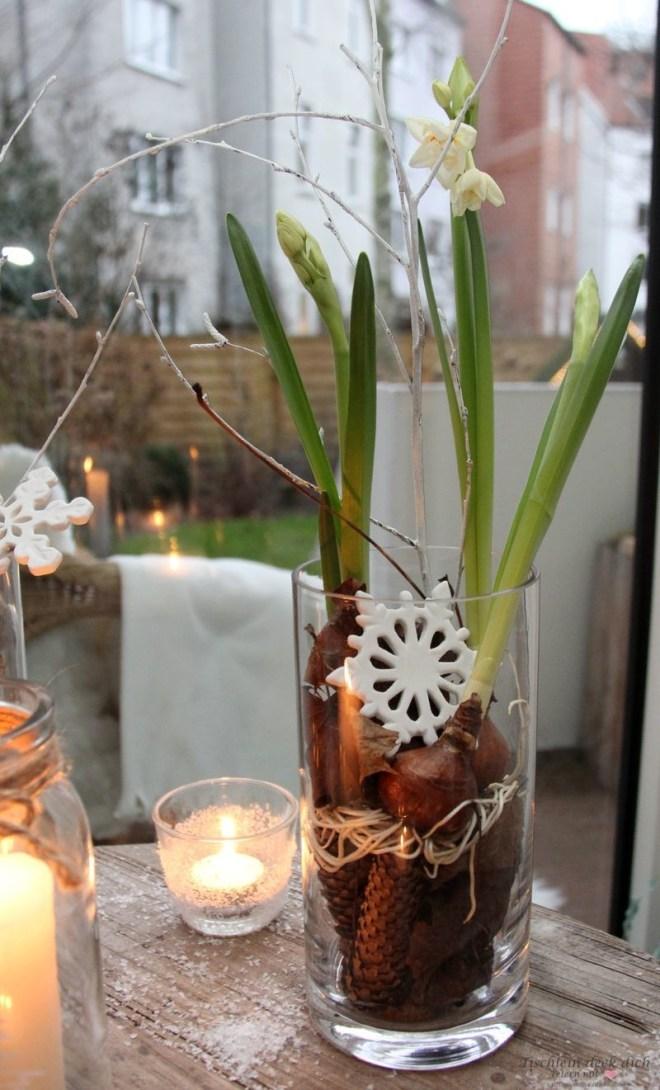 winterliche Dekoration auf der Fensterbank