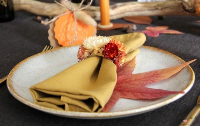 Serviettenring mit Strohblumen für den Herbst