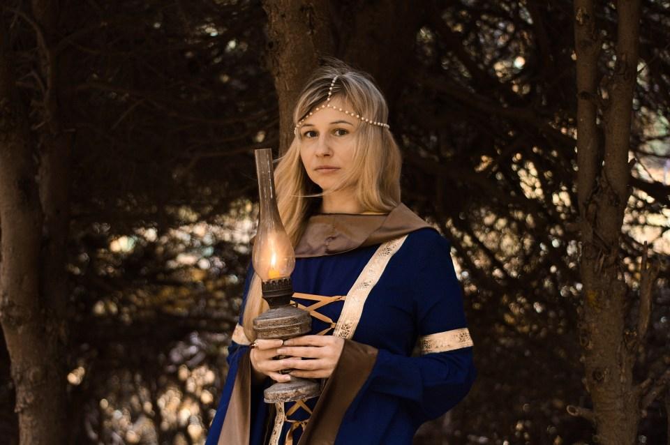emme médiévale avec Lampe
