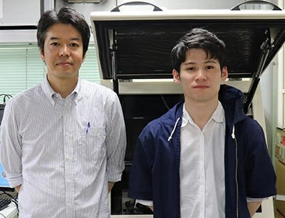 Research co-authors Doctoral student Takanori Harashima (right) and Associate professor Tomoaki Nishino (left) in the laboratory at Tokyo Tech.