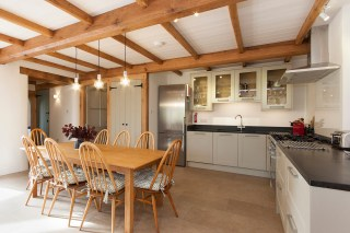 Well equipped kitchen and dining area 2