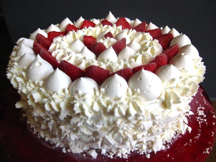 Torta meringata alle mandorle e fragole