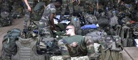 Des soldats français se rassemblent dans un hangar pour partir au Mali