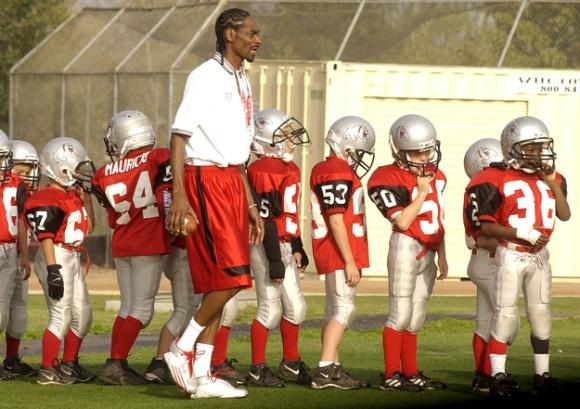 Snoop Dogg faisant de l'associatif en entraînant des enfants