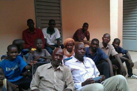 Boubacar Ousmane avec les hommes des différentes familles réfugiées dans la même maison