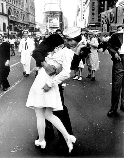 """""""V-J Day Kiss"""" photo prise après la capitulation du Japon avec le model Leica"""