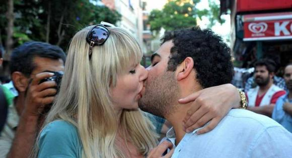 Turquie: Les baisers signe de protestation anti-islamiste