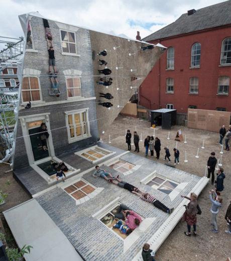 voila-comment-a-l-aide-ce-miroir-cet-artiste-s-y-est-prit-pour-nous-donner-l-illusion-que-des-gens-s-etaient-accroches-a-la-facade-de-cette-maison_128128_w460
