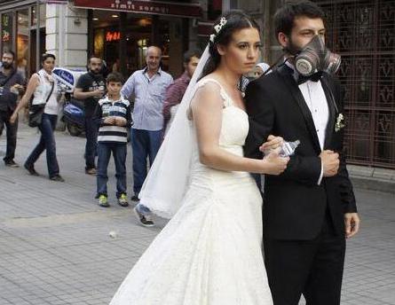 Un couple de jeunes mariés au milieu des manifestants à Istanbul