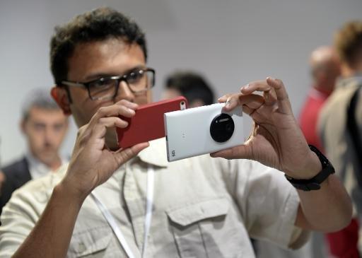 Les membres de la presse prend des photos du Nokia Lumia 1020, un Windows Phone avec un appareil photo 41 mégapixels lors d'un événement à New York le 11 Juillet 2013.