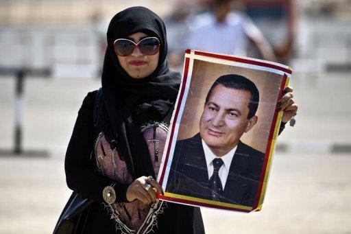 Une femme égyptienne avec le portrait du président déchu Hosni Moubarak le 14 Septembre 2013, à Caire.