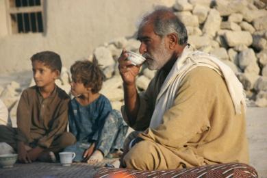 Un survivant d'un tremblement de terre se repose avec ses enfants.