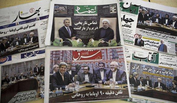 Une photo qui montre les  journaux iraniens avec des images représentant le président iranien Hassan Rouhani et le président américain Obama.