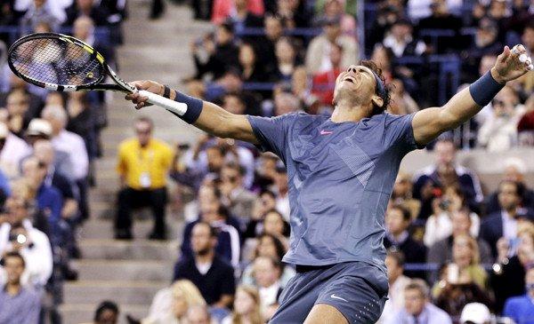 Rafael Nadal réagit après avoir remporté le dernier point dans une victoire en quatre sets sur Novak Djokovic dans le match de championnat chez les hommes à l'US Open, lundi soir.