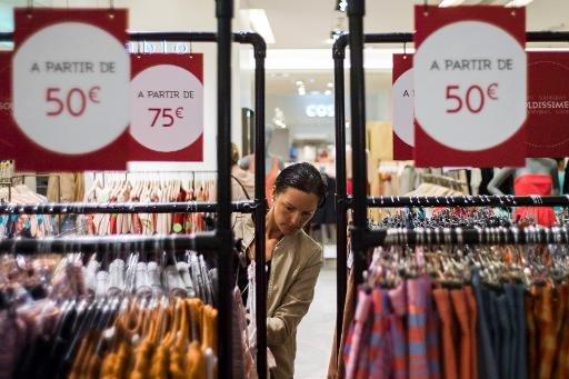 Des consommateurs achètent dans un magasin le 26 Juin 2013, Paris.