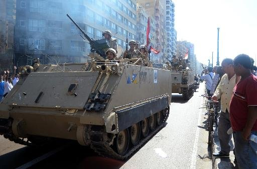 Les forces de sécurité égyptiennes patrouillent le front de mer à Alexandrie au cours d'une manifestation de soutien au président déchu islamiste Mohamed Morsi, le 20 Septembre, 2013