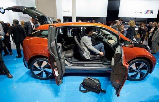 Les journalistes en train de découvrir la voiture électrique i3 de BMW au Salon automobile de Francfort (IAA) le 9 Septembre 2013.