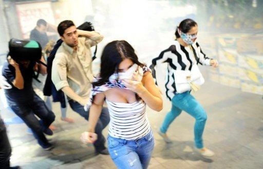 Les manifestants fuient les gaz lacrymogènes lors d'affrontements entre la police et des manifestants turcs sur l'avenue Istiklal le 10 Septembre 2013 à Istanbul.