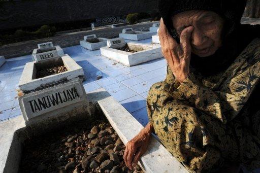 Une veuve indonésien visite la tombe de son mari au pied du monument de l'indépendance Rawagede - où les victimes d'un massacre 1947 par les troupes militaires néerlandais sont enterrés dans la province de Java Ouest