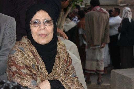 Ministre Human Rights Huriya Mashhoor du Yémen rejoint les militants le 2 Juin 2013 à l'enceinte de la prison centrale de Sanaa, au Yémen.
