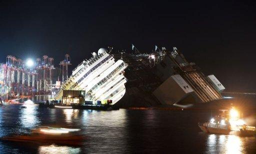 L'épave du Costa Concordia le bateau de croisière de l'Italie commence à sortir de l'eau le 16 Septembre 2013, près du port de Giglio Porto.