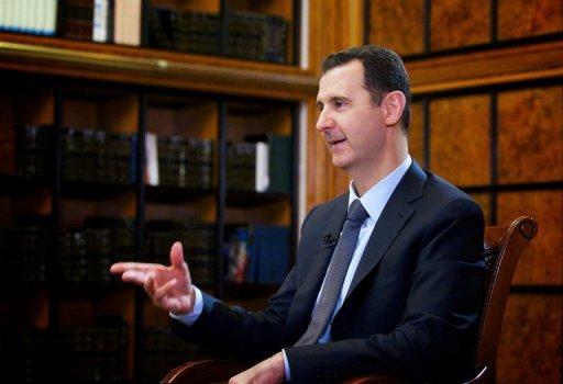 Une image de document publié par l'Agence de Nouvelles arabe syrienne officielle (SANA) le 12 Septembre 2013, montre le président Bachar al-Assad assister à une interview à la télévision russe Rossiya 24 à Damas