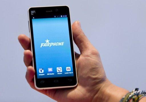 Un prototype d'un smartphone Fairphone lors de son dévoilement à Londres le 18 Septembre 2013