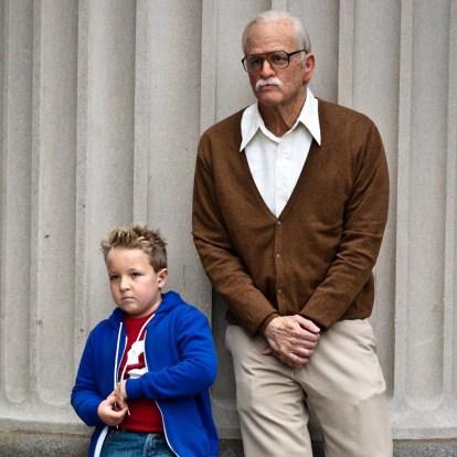 Johnny Knoxville dans  le rôle de Irving Zisman accompagné de son petit-fils Billy