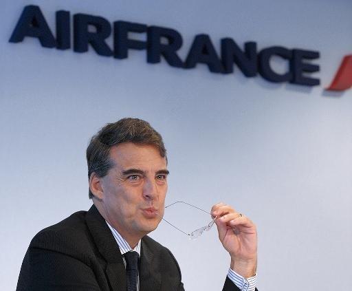 Une photo prise le 7 Janvier 2013 Danse, spectacle Air France PDG Alexandre de Juniac à la recherche sur lors d'une conférence de presse à Paris