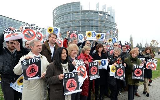 Les membres du Parlement européen protestation du groupe Vert à Strasbourg, est de la France, le 21 Novembre 2012 face fracking