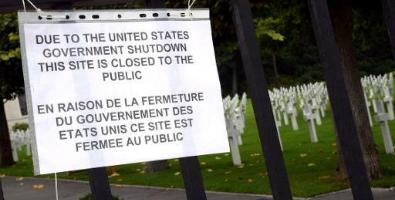 Une pancarte informe les visiteurs de la clôture du cimetière américain et mémorial de Suresnes, à l'ouest de Paris.
