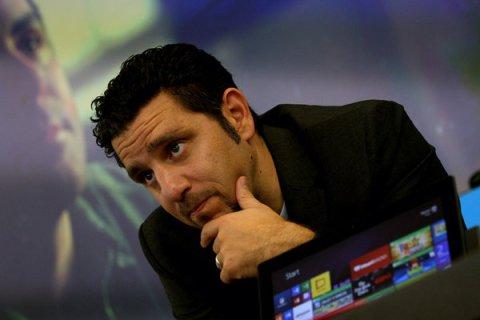 Panos Panay, le vice-président de Microsoft, avec la nouvelle surface 2 au magasin Microsoft .