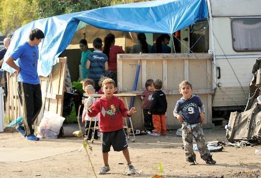 Enfants roms se tiennent dans leur camp à Roubaix, Nord de la France, sur Octobre 1, 2013.