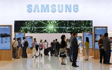 Les journalistes visitent le stand Samsung lors d'une journée de prévisualisation des médias à l'IFA