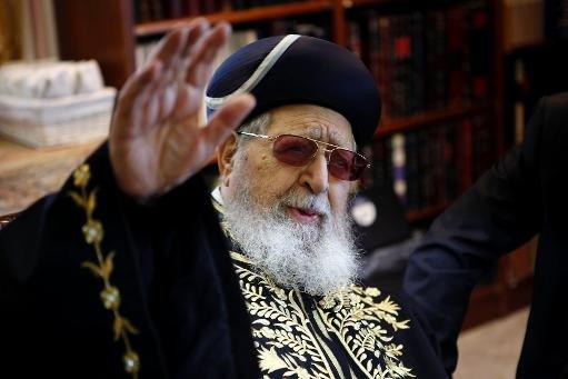 Le rabbin Ovadia Yossef, le chef spirituel de la communauté juive séfarade d'Israël et le parti ultra-orthodoxe Shas, les gestes lors d'une réunion à Jérusalem le 11 Décembre 2011
