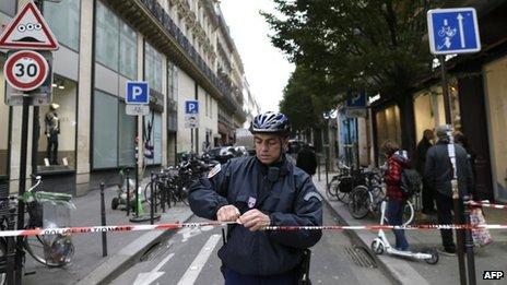 La police a maintenant bouclé la zone autour de la libération, mais le tireur a échappé avant leur arrivée
