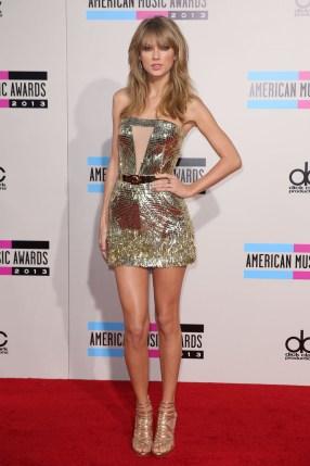 Taylor Swift, qui a remporté le prix de l'artiste de l'année aux American Music Awards, a posé sur le tapis rouge
