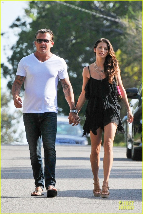 annalynne-mccord-dominic-purcell-new-year-in-australia-09