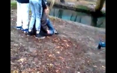 La victime a été entrainée par les bras, bousculée