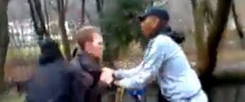 deux mineurs agressent un handicapé mental alors que deux autres filment la scène